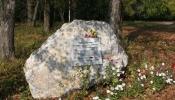 Камень с табличкой у церкви